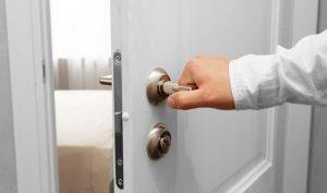 Comment fait un serrurier pour ouvrir une porte