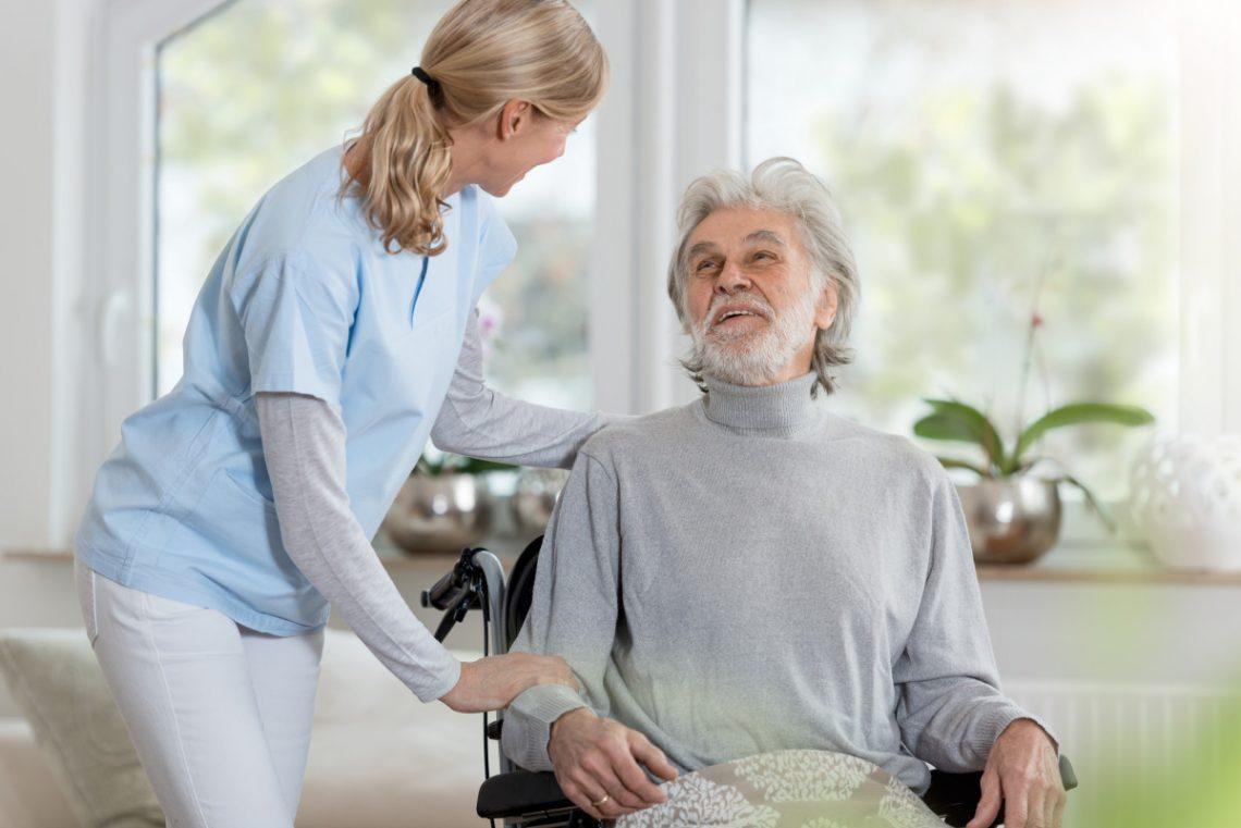 Comment éviter les chutes des personnes âgées à domicile